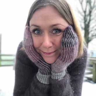 Helga Jona wearing her Lina mittens